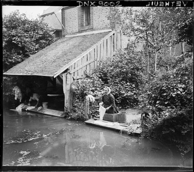 Femmes nettoyant du linge au bord de l'eau