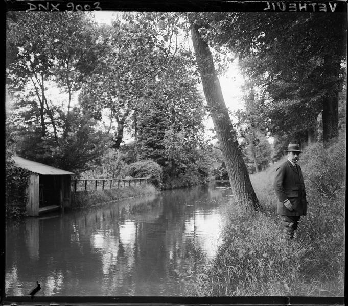 Homme au bord d'un cours d'eau