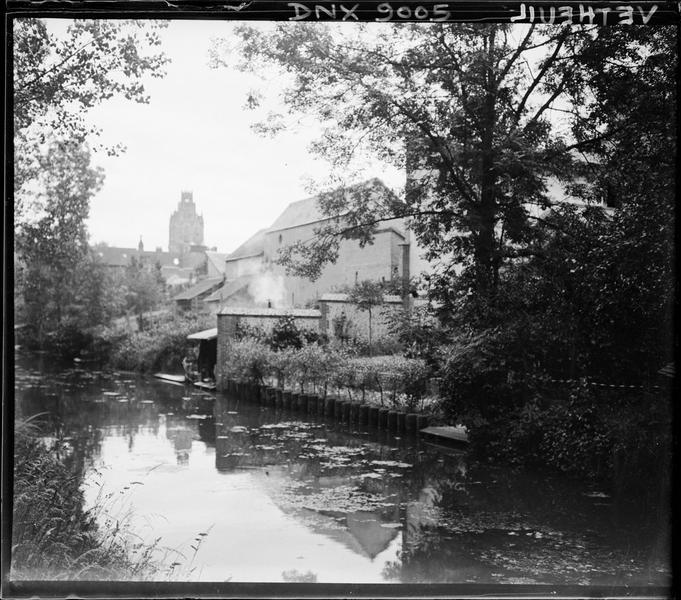 Bords d'un cours d'eau à l'orée du village