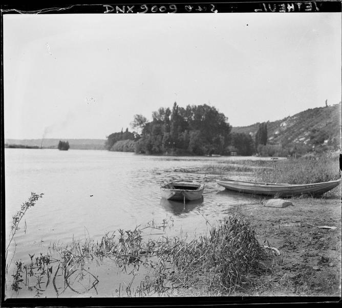 Barques amarrées sur une berge herbeuse