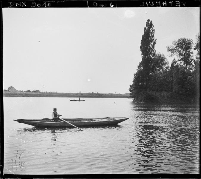 Barque voguant sur la Seine