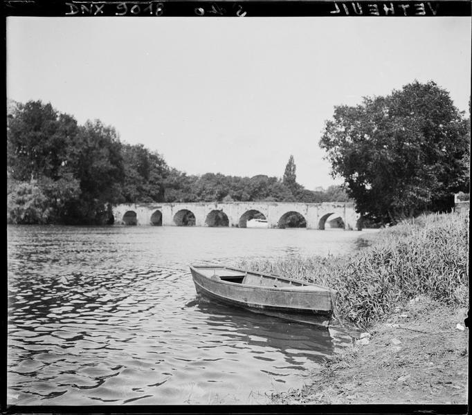 Le pont vu des berges de la Seine, barque amarrée au premier plan