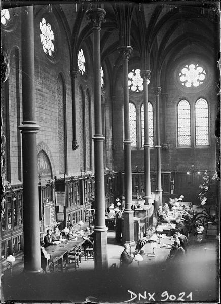 Ancien réfectoire transformé en bibliothèque