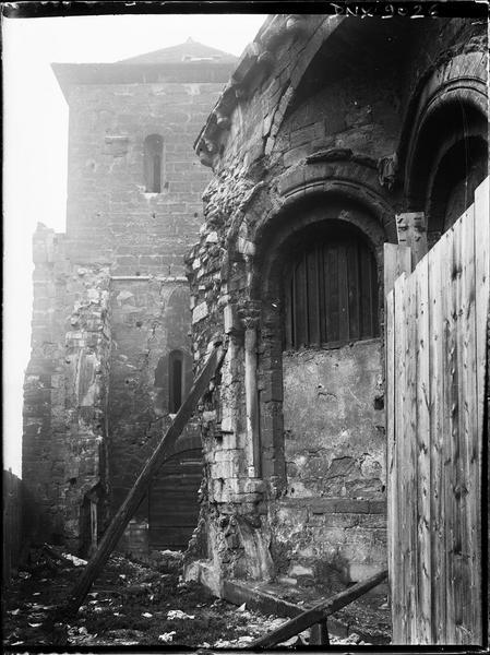 Partie de l'abside et côté est du clocher en cours de travaux