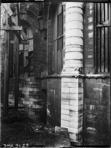 Détail de l'abside : colonne engagée, échafaudage
