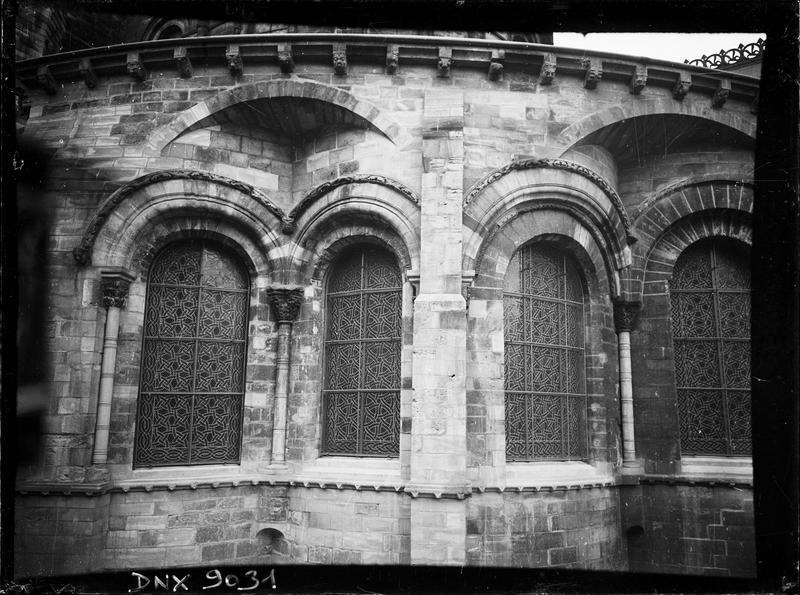 Détail de l'abside côté sud : arcs géminés et décharge
