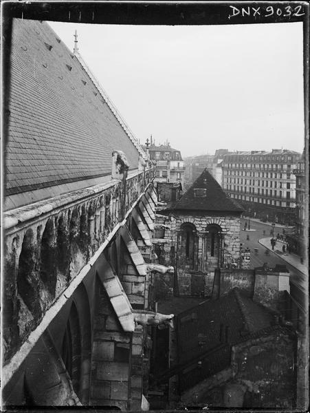 Façade sud : toiture et contreforts pris en contre-plongée vers le clocher