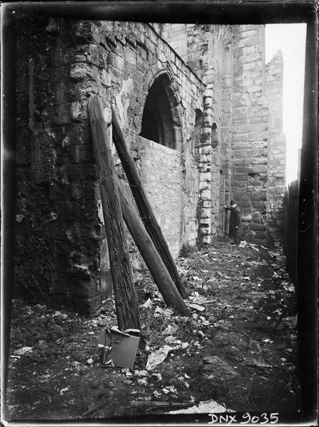 Façade sud : chapelle à gauche du clocher, en cours de restauration