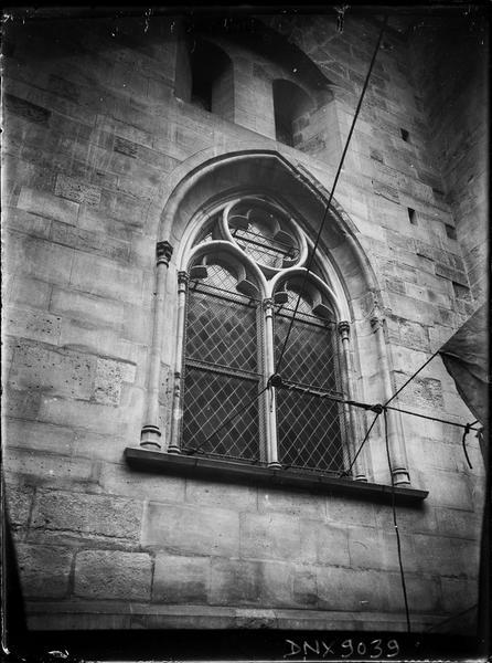 Clocher côté sud, détail : fenêtres du soubassement