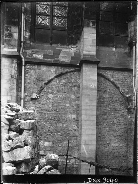 Façade sud : détail du soubassement à gauche du clocher