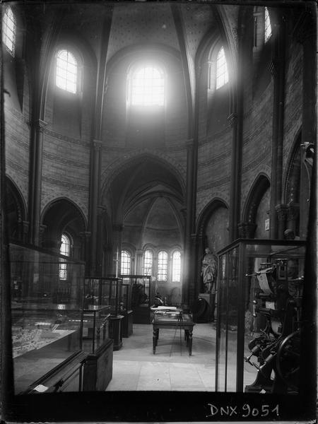 Intérieur, choeur : vitrines de présentation d'objets scientifiques et techniques