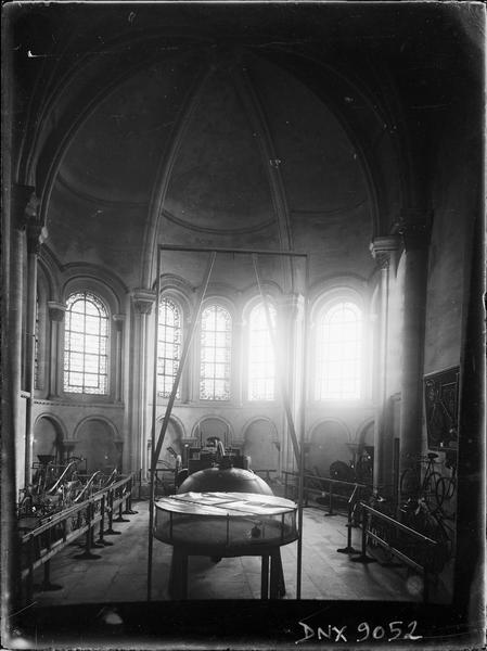 Intérieur, chapelle absidiale : vitrines de présentation d'objets scientifiques et techniques