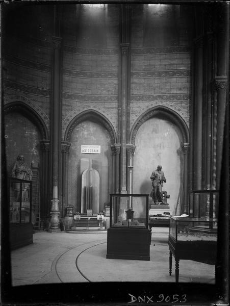 Intérieur, choeur : vitrines, et statue de Zénobe Théophile Gramme en arrière-plan