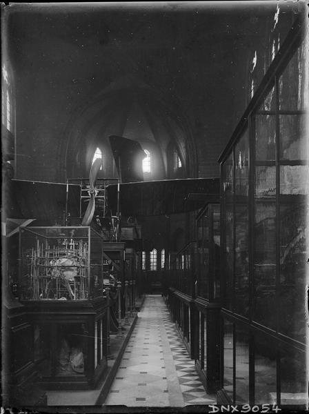 Intérieur, nef : vitrines de présentation d'objets scientifiques et techniques, avion Blériot XI de Louis Blériot (1909)