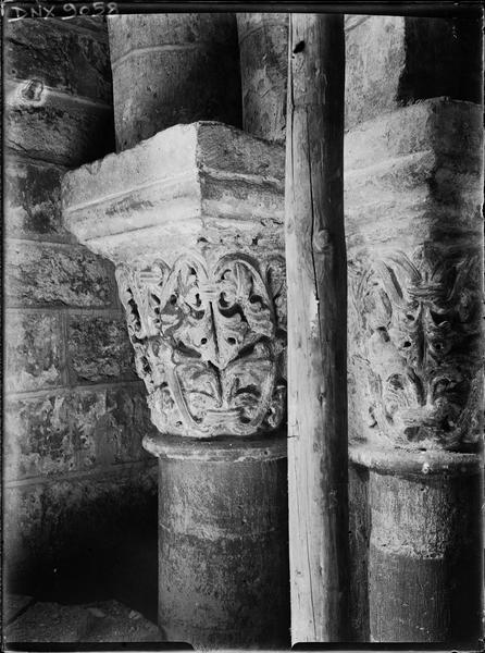 Intérieur : chapiteaux à décor de feuillages
