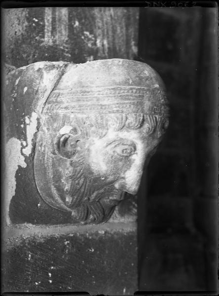 Intérieur : modillon sculpté d'une tête d'homme barbu