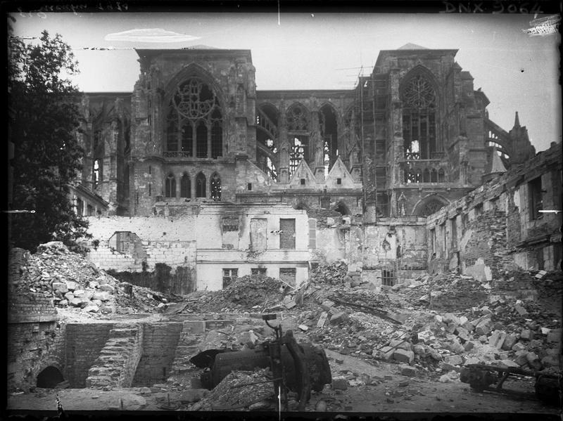 Façade sud : ruines consécutives aux bombardements