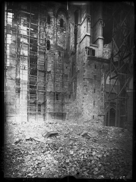 Façade sud, vue partielle : échafaudage et ruines consécutives aux bombardements