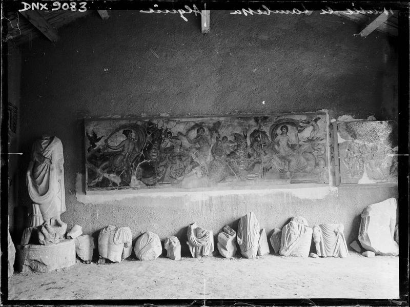 Mosaïque romaine du 2e siècle (Néréides et monstres marins) et fragments de sculptures