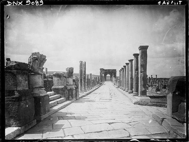 Colonnade bordant le decumanus maximus