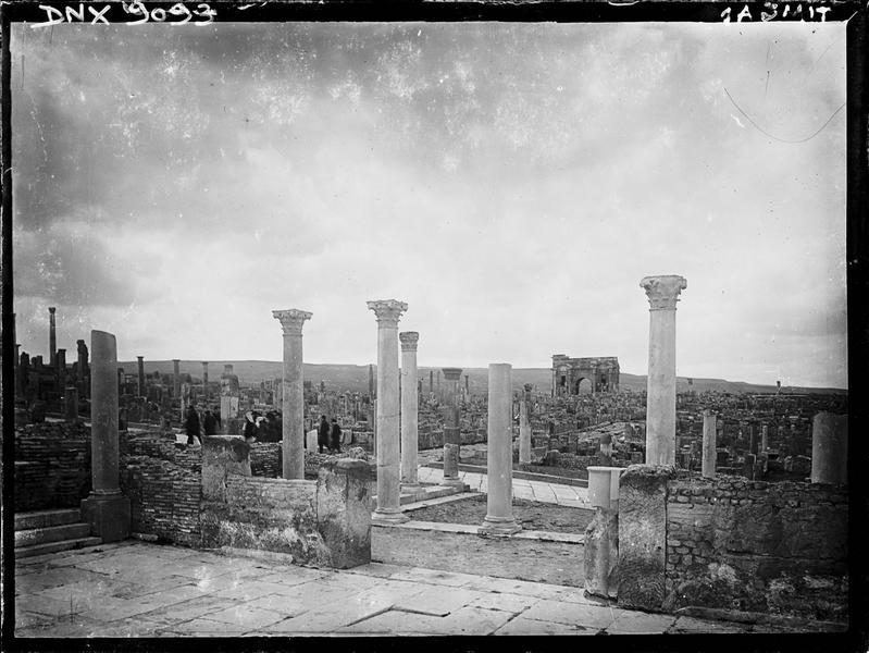 Vue en arrière-plan des ruines, colonnes corinthiennes au premier plan