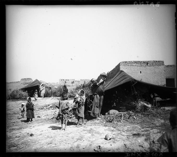 Bédouins devant leur tente