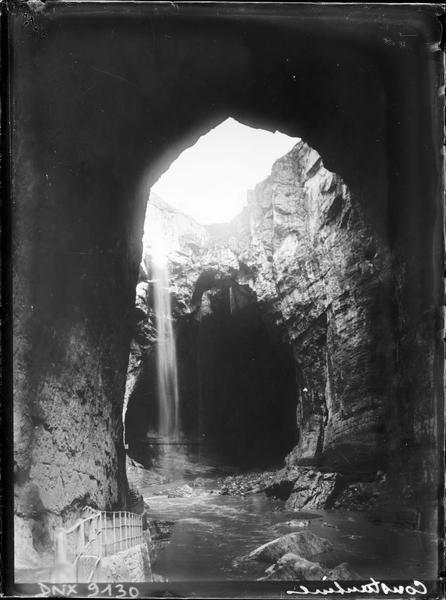 Arche naturelle dans les gorges du Rhummel : passerelle pour les visiteurs