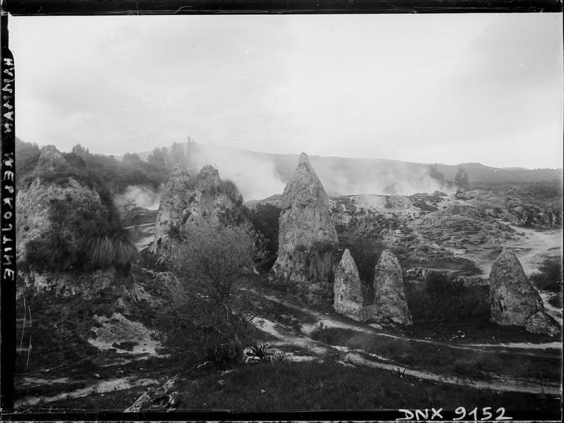 Cônes en pierre de la «Noce pétrifiée» : vue d'ensemble