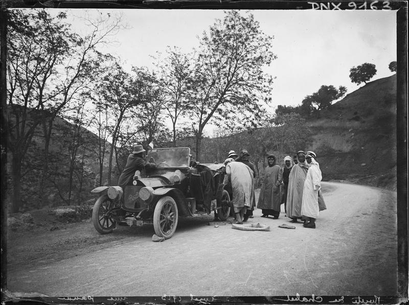 Voiture Berliet en panne au bord de la route du Chabet El Akhra