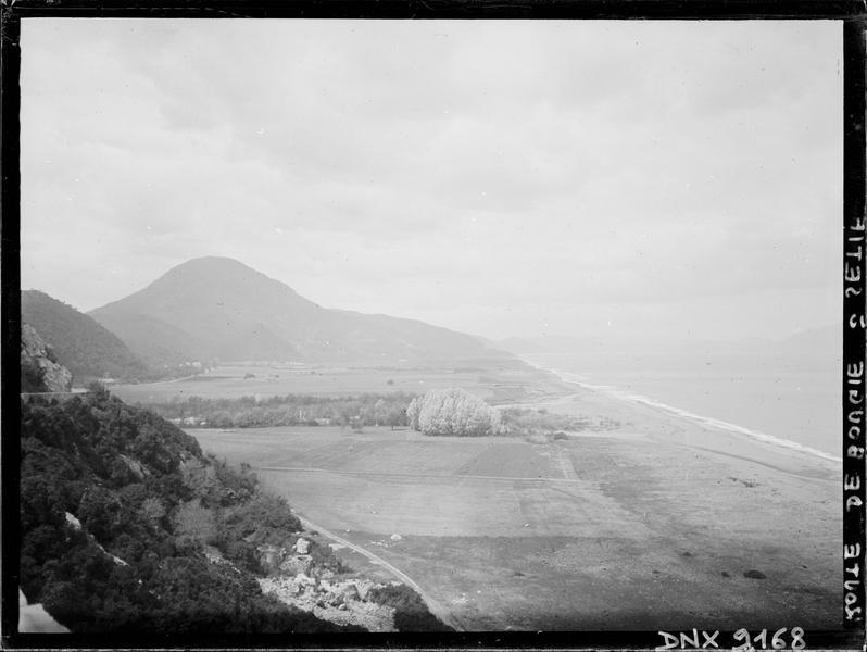 Route de Bougie à Sétif : vue plongeante sur la plaine, montagnes à l'arrière-plan