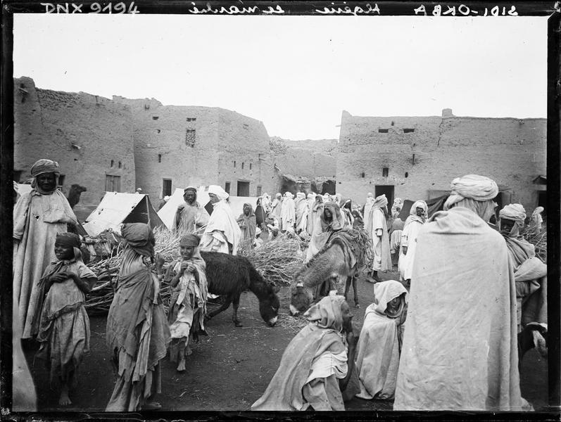 Le marché arabe : ânes et fagots parmi la foule