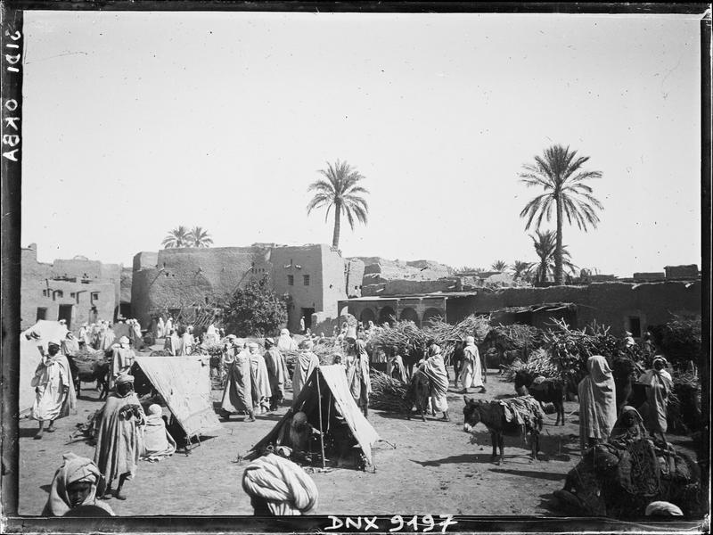 Le marché arabe : tentes, fagots et marchands de bois