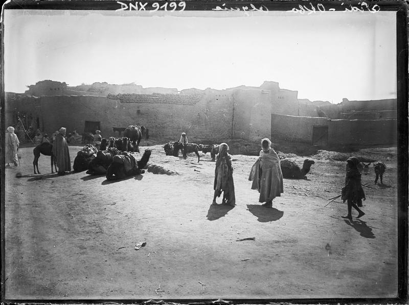 Le marché : chameaux et personnages