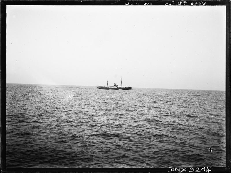 Bateau en mer, faisant route vers Tunis