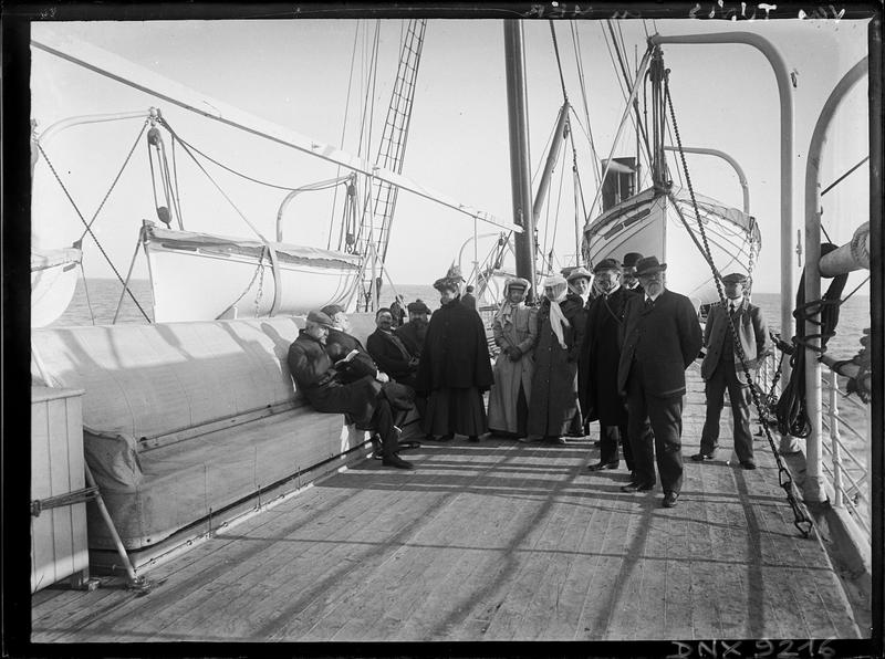 Portrait collectif : Européens sur le pont d'un bateau faisant route vers Tunis