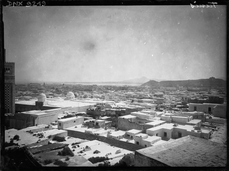 Les toits de la Medina : vue panoramique vers la côte