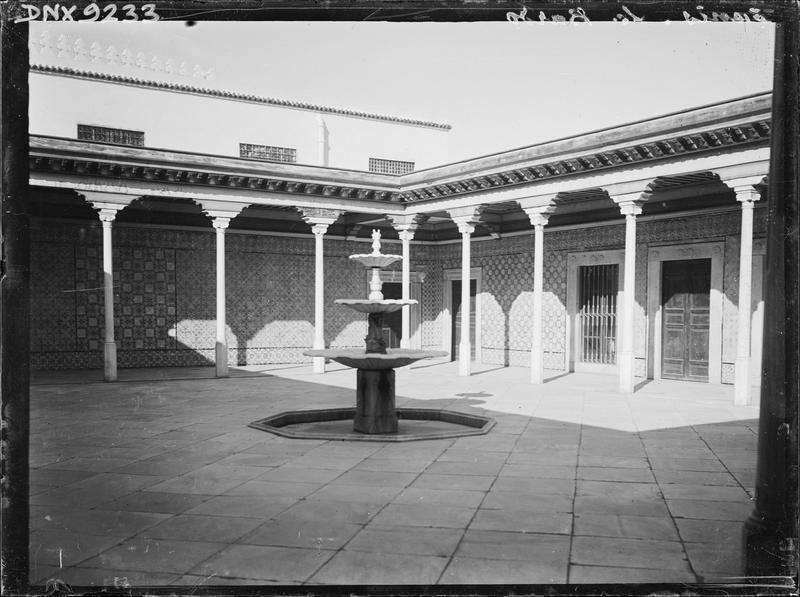 Cour ornée d'une fontaine