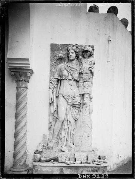 Bas-relief de la Victoire portant un trophée d'armes