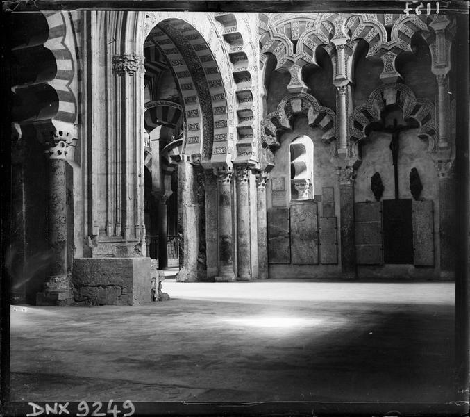 Intérieur : chapelle de Villaviciosa, arcs polylobés et mirhab