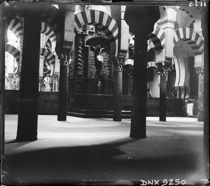 Intérieur : colonnes et arcs