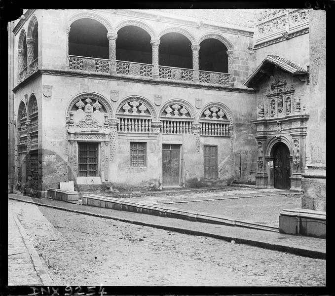 Façade de l'ancienne bourse et entrée de la chapelle Royale