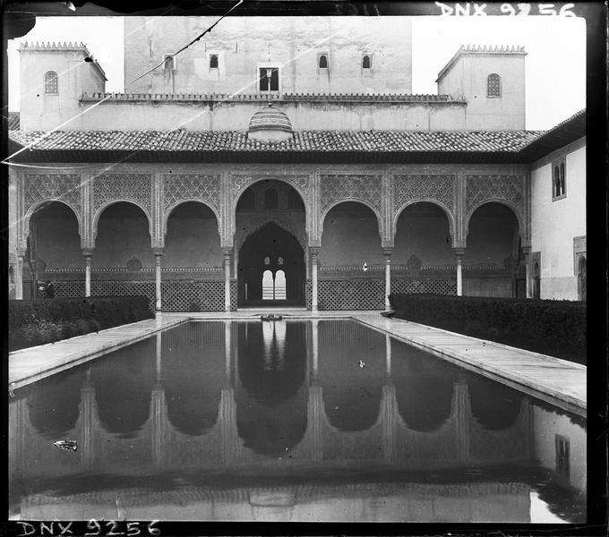 Cour des Myrtes : arcades se reflétant dans le bassin