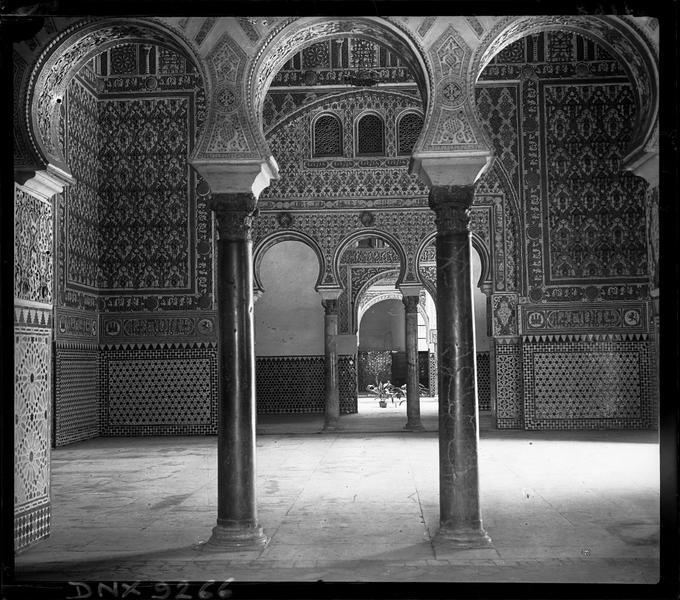 Salon des ambassadeurs : colonnes et arcs outrepassés