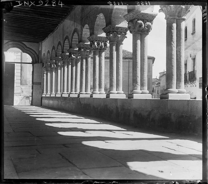 Galerie romane : colonnes géminées et chapiteaux à décor floral
