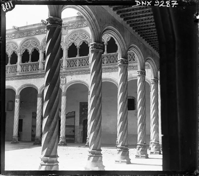 Intérieur, patio : colonnes torses d'une galerie