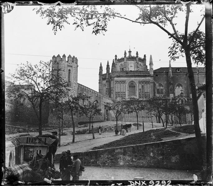Vue d'ensemble en arrière-plan d'une tour et de vieilles murailles près de la Porte del Cambron