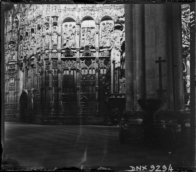 Intérieur, choeur : statues-colonnes dans leur dais