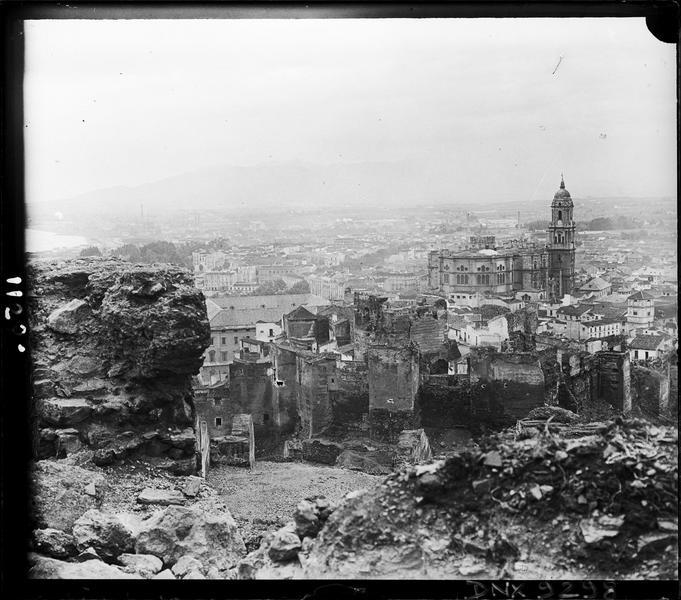 Vue générale de la ville prise des ruines du Gibralfaro