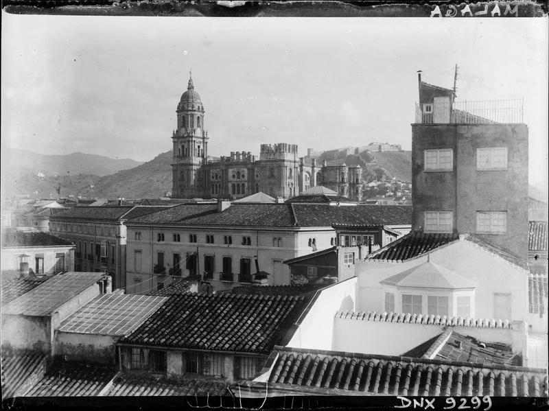 Façade ouest, partie supérieure vue en arrière-plan des toits de la ville