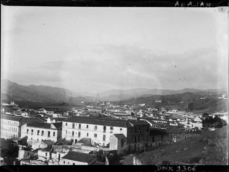Immeubles et toits de la ville, arrière-plan montagneux
